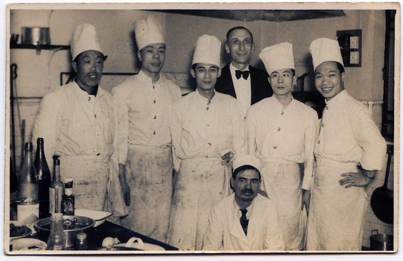 Fotografía de Martí Gual con los cocineros de un restaurante en Shanghai